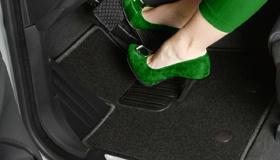 Почему стоит отказаться от резиновых ковриков салона и выбрать ворсовые?